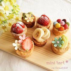 Instagram 上的 Rie:「 こんにちは。 雪が舞う金曜日です。 時々太陽の光りが差してキラキラ してます(*^o^*) 「どれでも好きなの選んで~」 という感じで作ったミニタルト。 #今日のおやつ です。  生地を焼くのにミニタルト型を 持っていないので(。>ω<。) 今回はミニマフィン型にちまちま… 」 Gourmet Desserts, Great Desserts, Mini Desserts, Delicious Desserts, Tart Recipes, Sweet Recipes, Real Food Recipes, Healthy Recipes, Food Picks