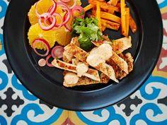 Mausteinen marokkolainen kanaruoka maistuu ranskankermakastikkeen kanssa.Tarjoa kalkkunaleikkeiden kanssa hedelmäsalsaa ja uunissa paistettuja bataattitikkuja.