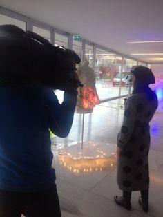 La diseñadora Mercedes de Miguel interactuando con su vestido durante la presentación del vestido interactivo con leds.