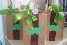 Linda sacolinha decorada no tema dinossauros. <br> <br>Ideais para seus convidados levarem as guloseimas ou para montar uma sacolinha surpresa. <br> <br>Fazemos de todos os temas. <br> <br>Este valor é por unidade da sacolinha (vazia). <br> <br>Quantidade mínima: 20 unidades