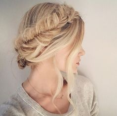"""My easy version of the fishtail crown braid has been my summer staple that I have worn most days! Crown/halo braids are reallllly time consuming and difficult so this is a much easier option that will still give you the same """"wrap around"""" look (although fishtails in general are always quite time consuming but it …"""