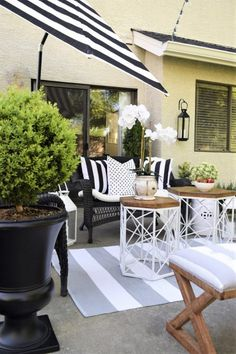 Pretty black and white outdoor patio space by @homeandfabulous and @homegoods