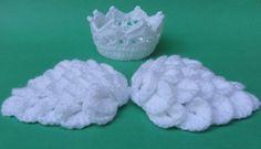 """""""Asinhas de anjo"""" confeccionadas em crochê + Mini coroa na cor branca.  O anjinho ficará uma graça no ensaio de fotos!!  Para outras cores, contate o vendedor.  Faixa de tamanhos (circunferência):  RN (34-36cm)  1-3 meses (38-40cm)  ATENÇÃO: - Por favor, informe o tamanho desejado do produto em """"Contatar vendedor"""" durante a compra; - O prazo de confecção começará a ser contado a partir da confirmação do pagamento.  NOTA: - As cores dos produtos serão as mesmas das apresentadas no anúncio…"""