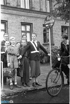 Skolepatrulje i Odense, sept. 1950. Ideen med skolepatruljer var hentet i USA, hvor man havde haft det siden 1920'erne. I 1950 kom det så til Odense. Skolepatruljerne blev først indført ved Mulernes Legatskole på Hunderupvej og Giersings Realskole på Nonnebakken. Her ses en af de første skolepatruljer. Han har samlet sig en flok børn bag sig ved Absalonsgade. Håbet med det nye tiltag, var at nedsætte antallet af ulykker.