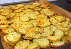 Krispig potatis med ost som är god att servera som tillbehör vid maten. Enkel att laga och mycket uppskattat av alla kring matbordet. 4 portioner krispig potatis med ost 6 st potatis, fast sort 3 dl riven ost 1 tsk vitlökspulver 1 msk salladskrydda eller örtsalt 0,5 tsk svartpeppar Olivolja Serveringsförslag: Saftig kycklingfilé- recept HÄR! Gör såhär: Tvätta potatisarna noga och behåll skalet på. Skär i ca 5 mm tjocka skivor. Lägg i en form med bakplåtspapper, krydda, strö på ost och ringla…