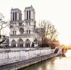 — Linda Catedral Notre Dame passar por ela e ouvir o som do cravo