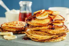 Lag god og tykke bananpannekaker i helgen! Med brune bananer i røra trenger du ikke tilsette sukker og pannekakene blir ekstra saftige. Pancakes, Sweets, Bread, Baking, Dinner, Breakfast, Food, Dining, Morning Coffee