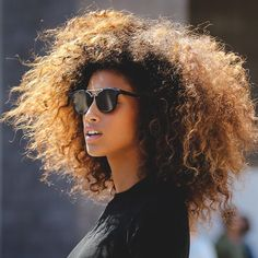 To have beautiful curls in good shape, your hair must be well hydrated to keep all their punch. You want to know the implacable theorem and the secret of the gods: Naturally curly hair is necessarily very well hydrated. Long Curly Hair, Big Hair, Curly Hair Styles, Natural Hair Styles, Natural Beauty, Wild Curly Hair, Crazy Hair, Organic Beauty, Curly Bob
