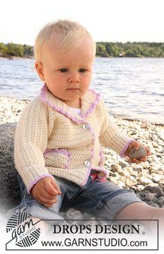"""Gehäkelte DROPS Jacke mit Taschen und Schuhe in """"Merino Extra Fine"""". In anderer Farbe, ohne Rüschen, perfekt für den kleinen Mann"""