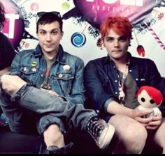 Frank and Gerard<<< GERARD IS WEARING SHORTS, I REPEAT,, WEARING SHORTS!!!!!!!!