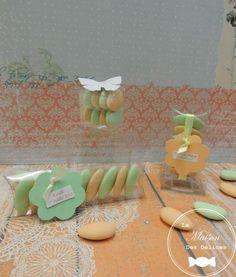Etuis et cube transparents, contenants à dragées assurant la mise en valeur de la couleur des dragées en harmonie avec votre thème mariage ou baptême. Ici abricot et vert mint http://www.maison-des-delices.fr/presentations-dragees.php