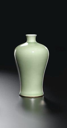Vase Meiping en porcelaine monochrome céladon <br>Chine, dynastie Qing, époque Kangxi (1662-1722) | lot | Sotheby's