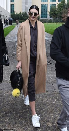 Kendall Jenner cut a stylish figure leaving Milan Fashion Week Kendall Jenner Style, Kendall Jenner Tumblr, Kendall Jenner Photos, Kardashian, Jenner Girls, Stan Smith Sneakers, Milan Fashion Weeks, Look Chic, Her Style