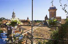 In cima alla casa del bronzo di Howard Roger c'è una piccola altana con panorama unico sui tetti e i monumenti di Roma (foto Adriano Bacchella tratta dal libro Case di Roma-Living in Rome, edito da AdArte)