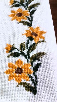 Cross Stitch Rose, Cross Stitch Borders, Cross Stitch Designs, Cross Stitch Patterns, Bead Loom Patterns, Weaving Patterns, Ribbon Embroidery, Cross Stitch Embroidery, Palestinian Embroidery