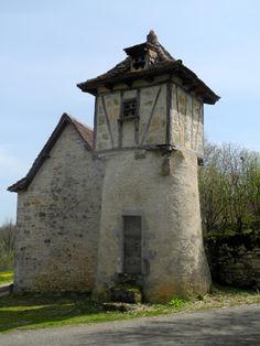 Toulongergues 12 Aveyron,  au hameau Mas de Pauty, curieux pigeonnier constitué d'une caisse à colombage reposant sur une tour ronde,