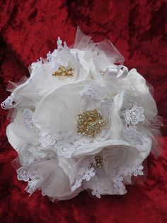 Buchet de mireasa/Wedding Bouquet (370 LEI la mirelamohjazi.breslo.ro) Wedding Bouquets, Lei, Brooches, Brooch, Wedding Flowers, Bridal Bouquets