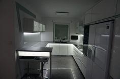 Nowoczesne meble kuchenne z oświetleniem ledowym. #meblekuchenne #kuchnia #led #białakuchnia #meblenawymiar #filmarmeble #swiebodzin #lubuskie #wnętrza #furniture #kitchen #interior #zobal #homedecor #design #rgb #okap #maan