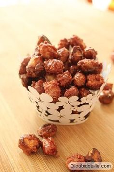 Chouchou maison - sugar coated nuts, dried fruits, etc. Candy Recipes, Sweet Recipes, Holiday Recipes, Dog Food Recipes, Cooking Recipes, Mantecaditos, Vegetable Drinks, Holiday Cakes, Peanuts