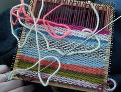 another small loom. Pin Weaving, Tapestry Weaving, Loom Weaving, Cool Tools, Craft Projects, Craft Ideas, Crafts To Make, Crafty, Pillows