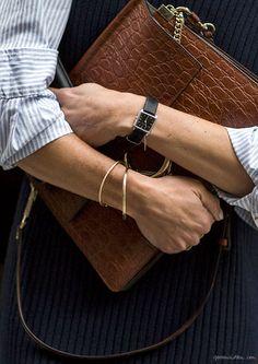 Chemise rayée + pull bleu marine + bracelet doré + sac en cuir marron façon croco = le bon mix (blog Garance Doré)