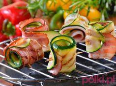 Roladki z cukinii na grilla - przepis, składniki i przygotowanie. Sprawdź przepis na roladki z cukinii na grilla - pyszna przekąska z boczkiem! Vegetarian Recipes, Cooking Recipes, Healthy Recipes, Grill Party, Appetizer Salads, Appetizers, Food Plating, Tasty Dishes, Food Photo
