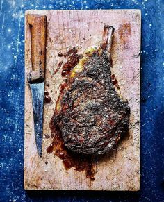 Check that wicked flavor crust on this bone in rib eye! Pic and steak courtesy of the extremely talented (and good friend) : Prime-grade. Bone-in & frenched. Livefire grilled and herb-encrusted Ribeye Steak . Steak Recipes, Grilling Recipes, Paleo Recipes, Cooking Recipes, Salt And Pepper Ribs, Campfire Food, Campfire Recipes, Le Diner, Beef Steak