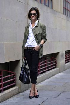 Casual City Chic: cropped pants and flats; white shirt and a khaki jacket. Via Popcorn and Pearls # Casual Outfits office pearls Looks Style, My Style, Dope Style, Top Mode, Mode Simple, Look Street Style, Street Styles, Black Skinny Pants, Black Trousers