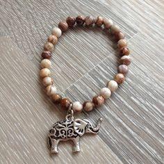 Armband van 6mm mexican crazy lace agaat met metalen olifant. Van JuudsBoetiek; €11,00. Bestellen kan via juudsboetiek@gmail.com. www.juudsboetiek.nl.