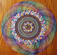 Voici le modèle exécuté en deux étapes, la couronne puis le centre Il y avait un vide qu'il fallait combler J'ai donc essayé de dessiner un modèle pour combler ce vide en gardant toujours les mêmes couleurs Lace Embroidery, Embroidery Stitches, Lace Knitting, Crochet Lace, Bobbin Lacemaking, Lace Art, Bobbin Lace Patterns, Yarn Inspiration, Lace Jewelry