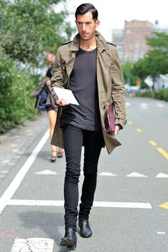 Men's Olive Trenchcoat, Charcoal Crew-neck T-shirt, Black Skinny Jeans, Black Leather Chelsea Boots Black Skinnies, Black Jeans, Black Leather Chelsea Boots, Purple Leather, Der Gentleman, Mein Style, Mens Fashion Blog, Male Fashion, Men Looks