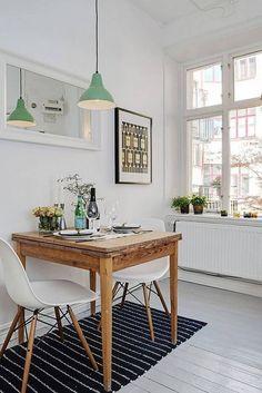 Une cuisine bistrot avec une petite table en bois rustique.