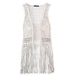 Be a Diva Ibiza style gilet model Sammy. Dit mouwloos vestje is voorzien van sliertjes aan de onderzijde en een baan met bloemapplicaties aan de voor- en achterzijde - Ecru - NummerZestien.eu