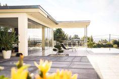 Glasschiebetüren für Terrasse - Wintergartenbauer Schmidinger Sliding Glass Door, Doors, Mansions, House Styles, Outdoor Decor, Home Decor, Summer Garden, Windows And Doors, Balcony
