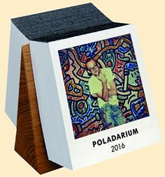 Hat schon Kult-Status: Der Polaroid-Abreißkalender  Das POLADARIUM erscheint nun bereits zum fünften Mal und  beglückt uns auch 2016 wieder Tag für Tag mit einem Sofortbild und einer  eigenen kleinen Geschichte. Der Kalender zeigt nahezu intime  Momentaufnahmen von von 365 bekannten Fotografen und Newcomern, von  Profis und Privaten aus 24 Ländern.