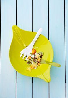 Insalatiera Leaf L+ design Cairn Young | KOZIOL è una collezione di ciotole e insalatiere a forma di foglia stilizzata. Ispirata alla natura, questa insalatiera dalle linee arrotondate e naturali rallegrerà i vostri aperitivi e i pranzi e, in disuso, si rivelerà come valido centrotavola grazie anche alla sua eleganza nelle forme.