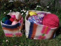 Cajas de almacenamiento hechas con viejas mantas de lana de oveja.