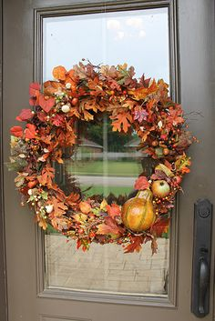 These fall door wreaths are so easy to make and so beautiful as a warm welcoming decoration hanged on your entry doorway. Fall Leaf Garland, Diy Fall Wreath, Autumn Wreaths, Wreath Ideas, Bow Wreath, Wreath Crafts, Diy Crafts, Christmas Wreaths For Front Door, Autumn Decorating