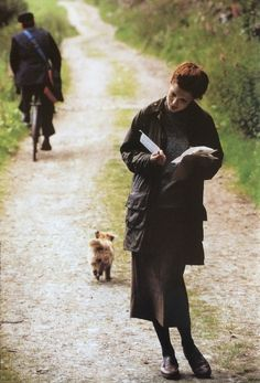 An English Country Lane: Vintage Barbour catalogue shot. Reading a letter Story Inspiration, Writing Inspiration, Character Inspiration, Design Inspiration, Town And Country, Country Life, Country Living, Country Style, Country Fashion