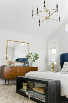 bout de lit coffre en bois gris dans la chambre sous pente