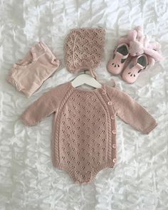 Free Knitting Pattern for Baby Cardigans Baby Overalls, Baby Pants, Knitting For Kids, Baby Knitting Patterns, Baby Barn, Diy Bebe, Baby Pullover, Knitted Baby Clothes, Baby Sweaters
