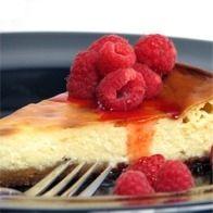 Coloque a massa quebrada numa tarteira untada com manteiga e polvilhada com farinha. Bata as gemas com o açúcar e a raspa de limão até aumentarem um pouco de volume