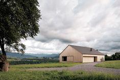 Lattwerk: der kompakte, an ein landwirtschaftliches Ökonomiegebäude erinnernde Baukörper ist mit Weißtannebrettern verkleidet   Bernardo Bader ©Adolf Bereuter, Dornbirn