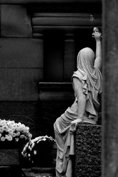Scene at Pere Lachaise Cemetery. Not sure if it is a statue or a tomb; but the lady looks real.just cleaning the tomb. So impressive Cemetery Angels, Cemetery Statues, Cemetery Art, Angel Statues, Père Lachaise Cemetery, Old Cemeteries, Graveyards, Memento Mori, Kirchen