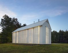 Inspired by vernacular architecture, this white modern farmhouse designed by Cutler Anderson Architects has a contemporary aesthetic and distinctive charm. Modern Farmhouse Design, Modern Farmhouse Exterior, Modern Barn, Modern Design, Farmhouse Renovation, White Farmhouse, Modern Family, Design Design, Farmhouse Architecture