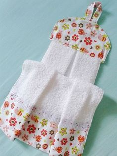 APRENDE HACER TOALLA DE COCINA CON MOLDES PASO A PASO Towel Crafts, Yarn Crafts, Sewing Crafts, Diy And Crafts, Sewing Projects, Towel Dress, Kitchen Hand Towels, Hanging Towels, Felt Fabric