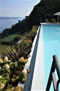Elegant swimming pool with tiled flooring built by MIRANI PISCINE - Italy