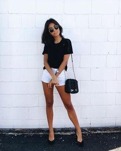9 Combinações descomplicadas para testar esta semana . T-shirt preta, shortinho branco, scarpin preto, bolsa preta