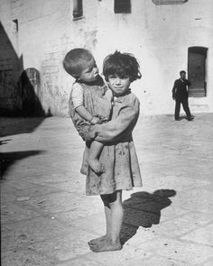 6-year-old girl taking care of her younger brother | italy 1947 | foto: alfred eisenstaedt