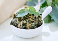 Dieses #Brennnessel Pesto enthält viele Vitamine. Dieses Rezept passt perfekt zu selbstgemachte Nudeln.